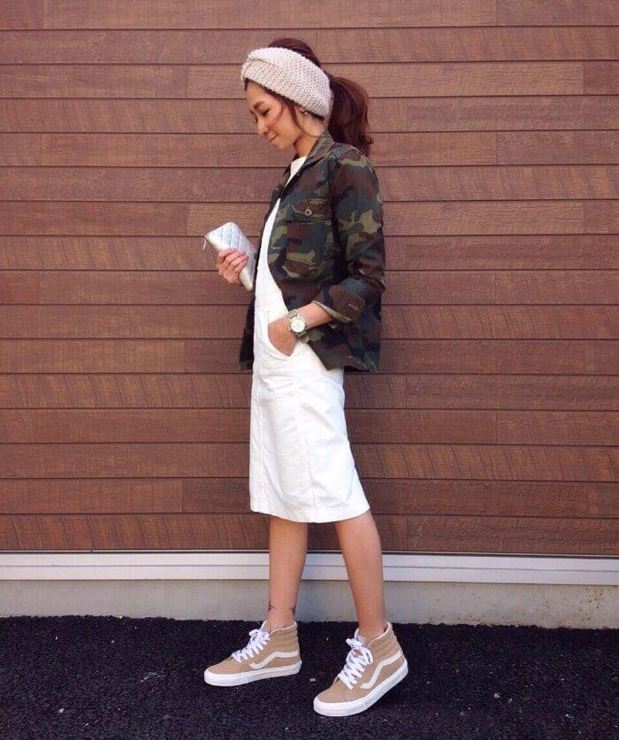 ミリタリージャケット×白デニムタイトスカートのコーデ画像