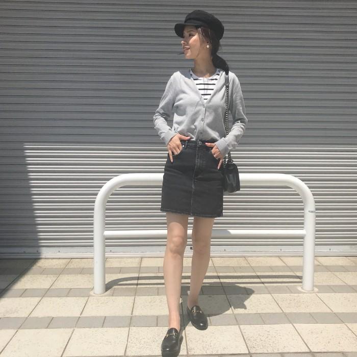Vネックカーデ×ブラックデニムのタイトミニスカートのコーデ画像