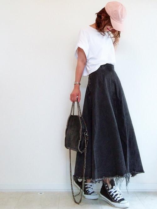 ピンクキャップ×白Tシャツ×ロングスカートの春夏コーデ画像
