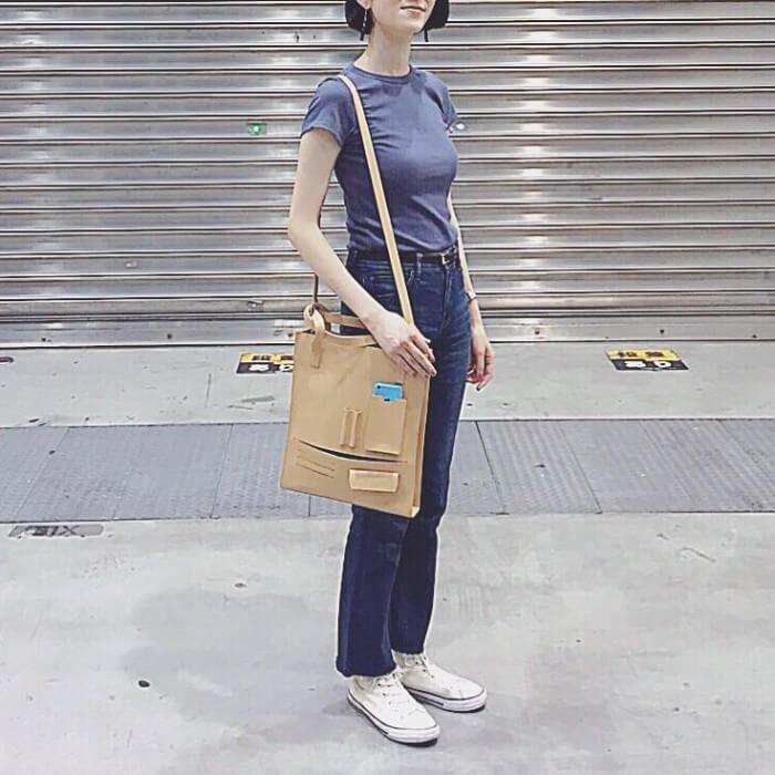 青の無地Tシャツとブルーデニムのコーデ画像