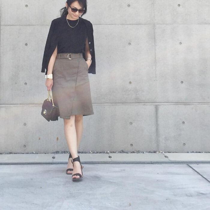 黒カーディガン×黒ノースリーブ×カーキスカートのコーデ画像