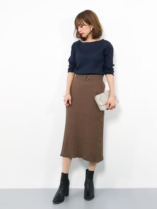 ネイビーカットソー×茶色ニットタイトスカートのコーデ画像