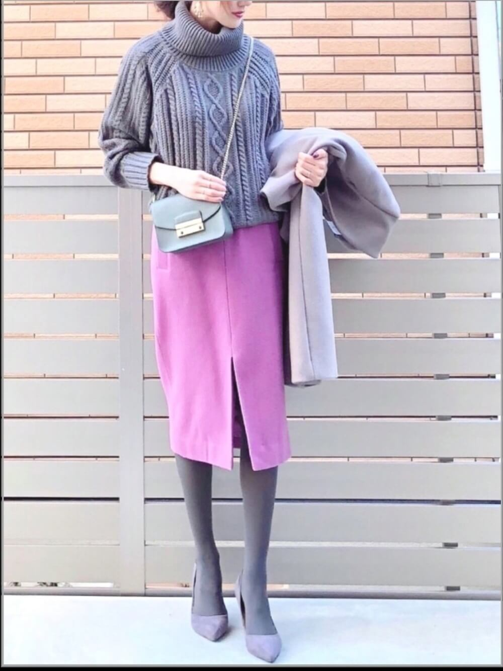 Vグレーのケーブルニットとピンクタイトスカートのコーデ画像
