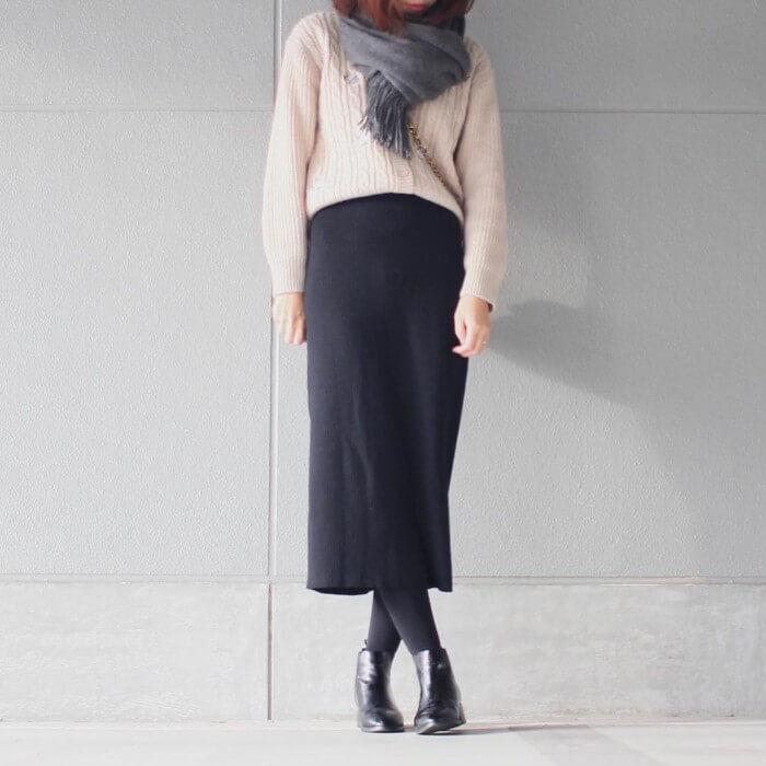 ネイビーロングリブスカート×白ニットのコーデ画像