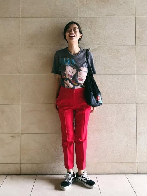 古着イラストTシャツ×赤センタープレスパンツのコーデ画像