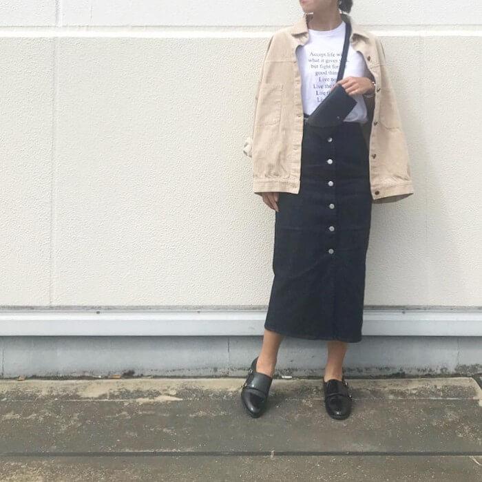 ベージュコーデュロイジャケット×デニムスカートのコーデ画像