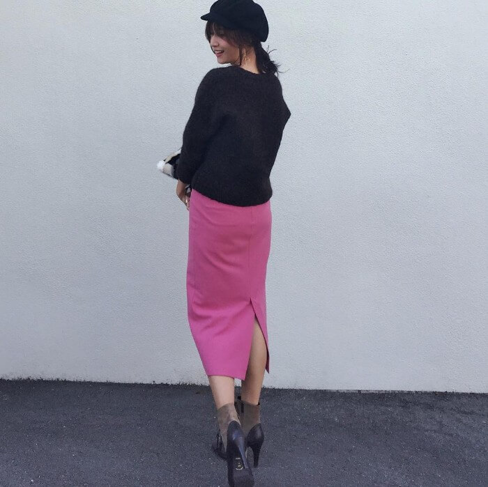 ピンクスカート×黒キャップのコーデ画像