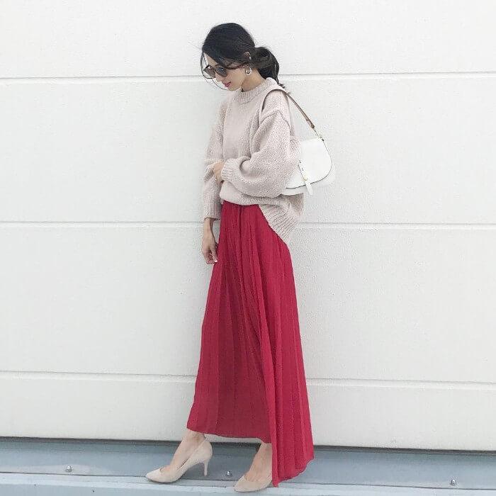 ベージュニット×赤ロングプリーツスカートのコーデ画像