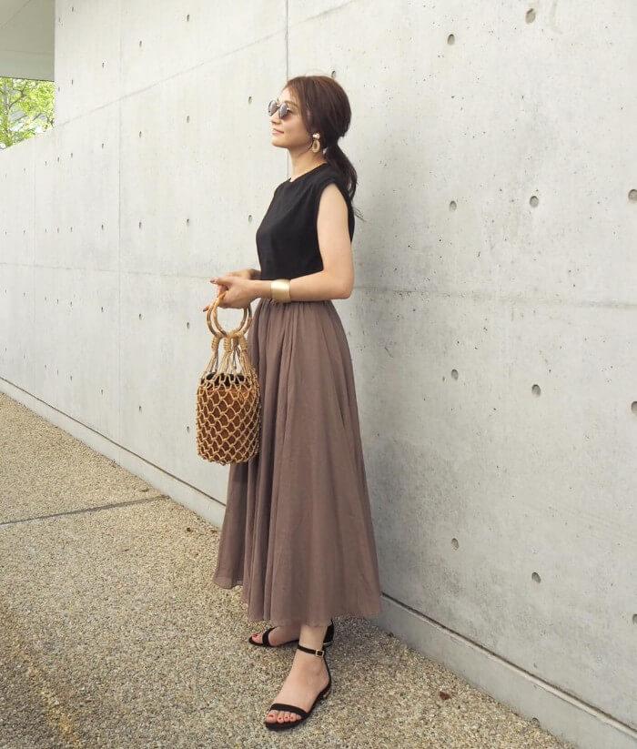 黒ノースリーブと茶色フレアスカートのコーデ画像