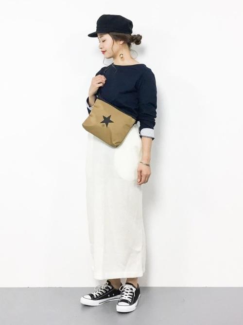 白のロングタイトスカートとカーキのサコッシュのコーデ画像