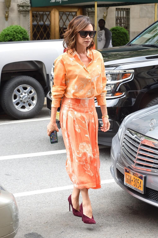 ヴィクトリア・ベッカムの私服ファッション写真(オレンジのドレス)