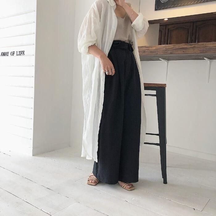 ロングシャツ×ベージュキャミソール×ワイドパンツのコーデ画像