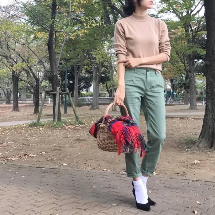 アースカラーコーデ×白靴下のコーデ画像