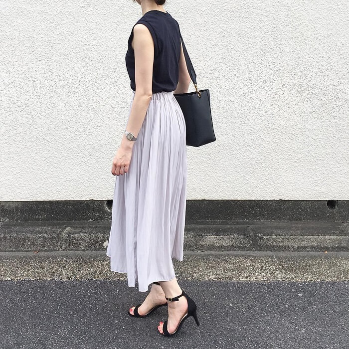 フェミニングレーフレアスカート×黒ノースリーブのコーデ画像