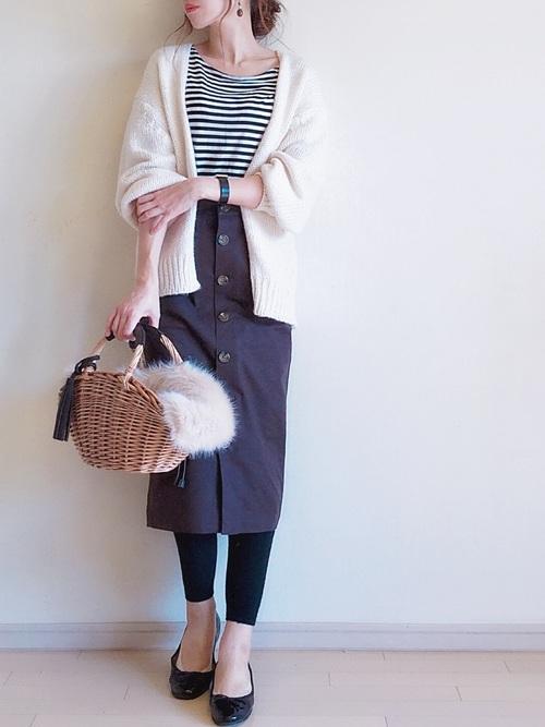 ブラウンタイトスカート×黒レギンスのコーデ画像