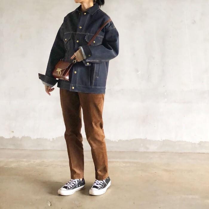 ブラウンパンツ×デニムジャケットのコーデ画像