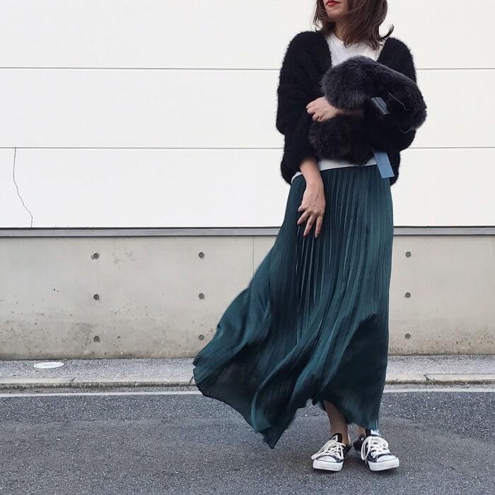 グリーンプリーツスカート×フェザーヤーンコートのコーデ画像