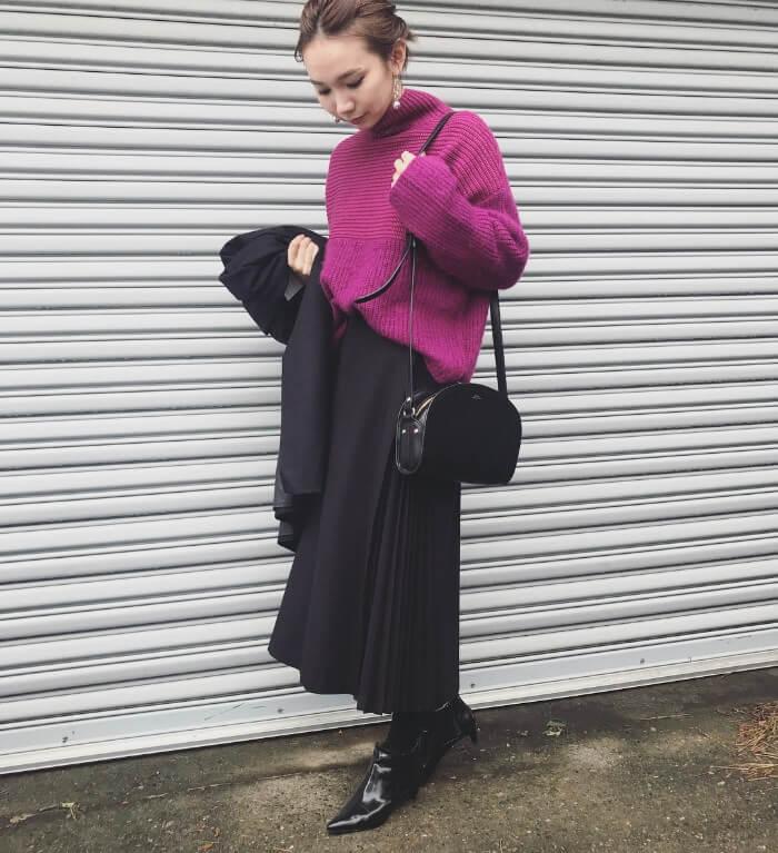 黒プリーツロングスカート×パープルニットのコーデ画像