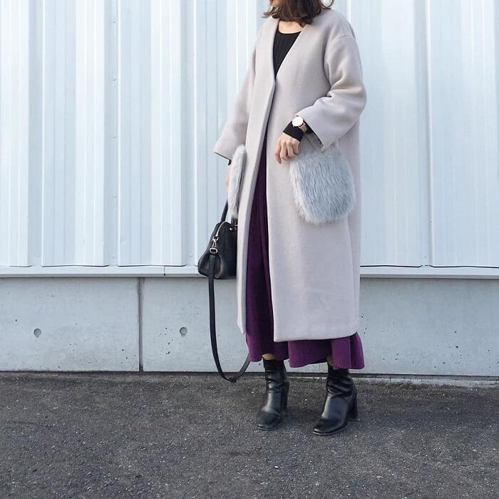 パープルロングスカート×グレージュノーカラーコートのコーデ画像
