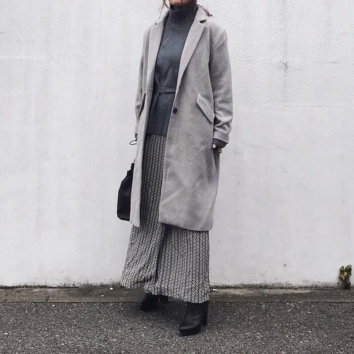 グレーロングスカート×ライトグレーチェスターコート&グレーインナーのコーデ画像