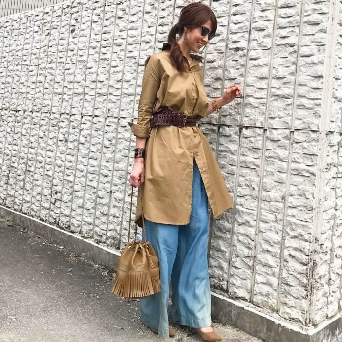 ベージュシャツワンピース×茶色太ベルトのコーデ画像