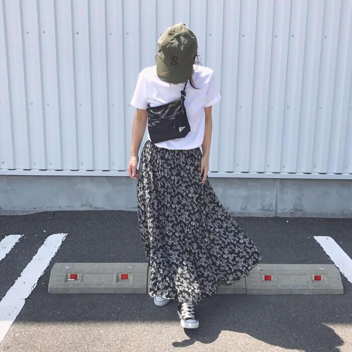 カーキキャップ×白Tシャツ×花柄ロングスカートの春夏コーデ画像