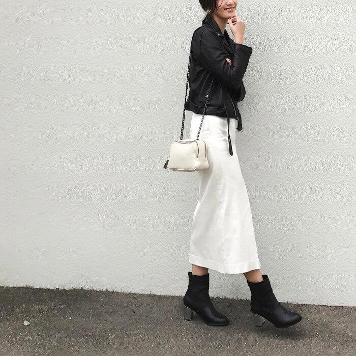 ミモレ丈の白タイトスカート×黒レザージャケット&ブーツのコーデ画像