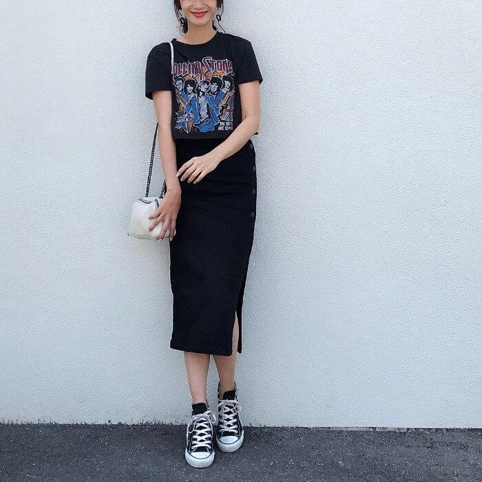 黒ロゴTシャツ×黒タイトスカートのアメカジコーデ画像
