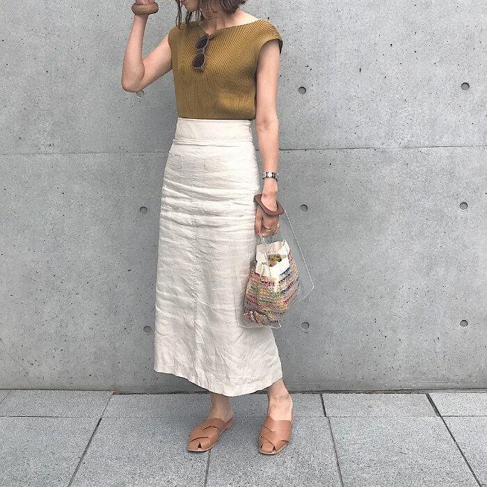 オフ白のロングタイトスカート×オリーブ色リブニットのコーデ画像