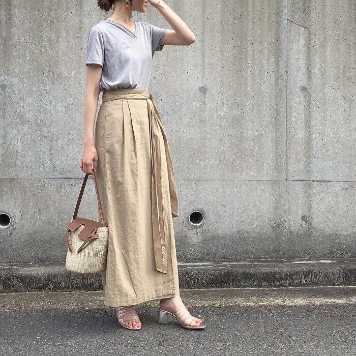 グレーTシャツ×ベージュマキシ丈スカートのコーデ画像