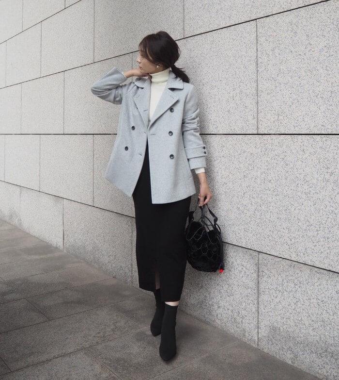 Pコート×黒タイトスカートのコーデ画像