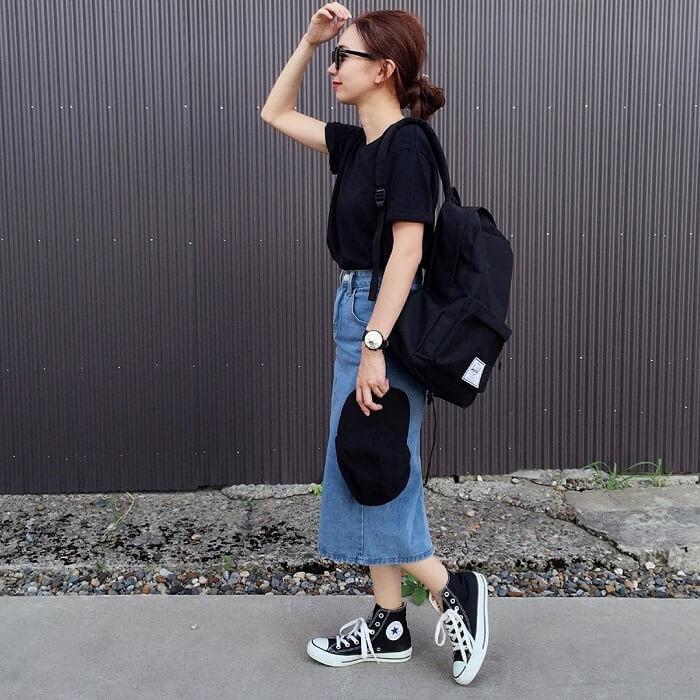 黒Tシャツ×デニムスカート×黒リュックのコーデ画像