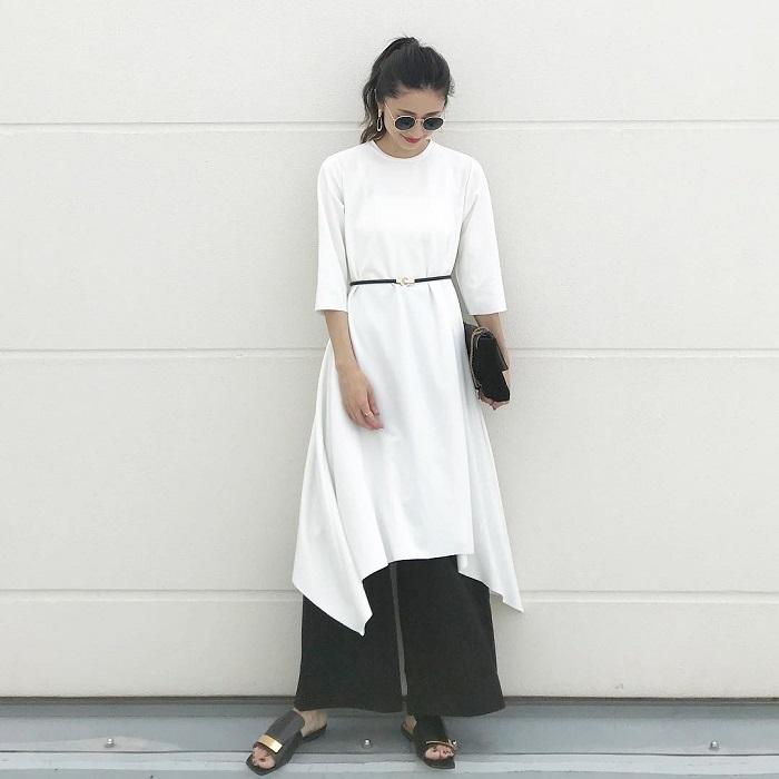 「黒ワイドパンツ×ヒールサンダル」の秋冬コーデ写真