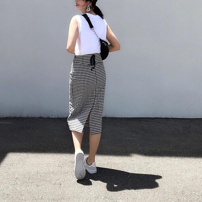 白トップス×ギンガムチェックのタイトスカート×スニーカーのコーデ画像