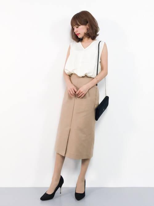 白ブラウス×ベージュタイトスカート×黒小物のコーデ画像