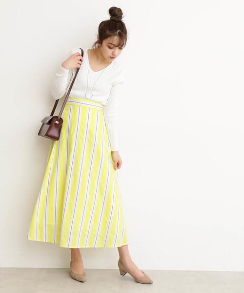 白ニット×イエローストライプスカートのコーデ画像