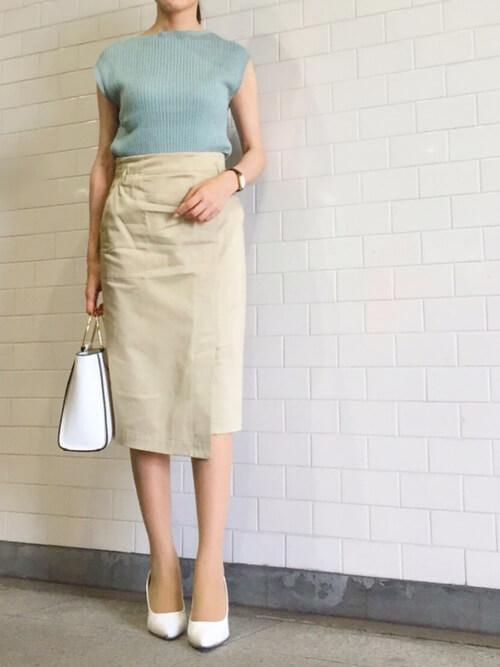 ミントサマーニット×ベージュタイトスカート×白小物のコーデ画像