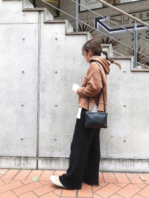 茶色パーカー×黒ワイドパンツのコーデ画像