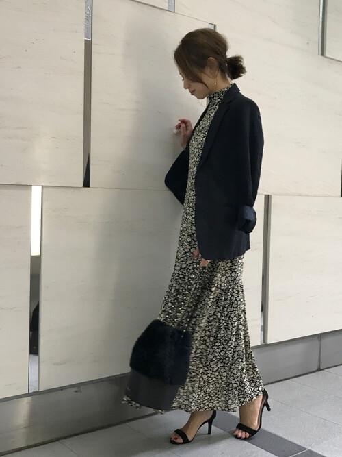 紺テーラードジャケット×小花柄ワンピースのコーデ画像