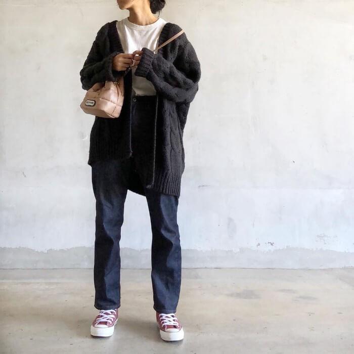 テーパードジーンズ×黒ケーブルニットカーディガンのコーデ画像