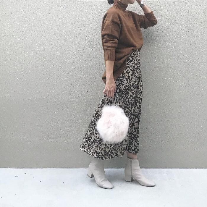 レオパード柄ロングスカート×ベージュショートブーツのコーデ画像
