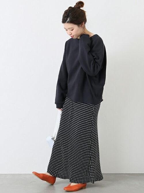 黒スウェット×ドット柄ロングスカートのコーデ画像