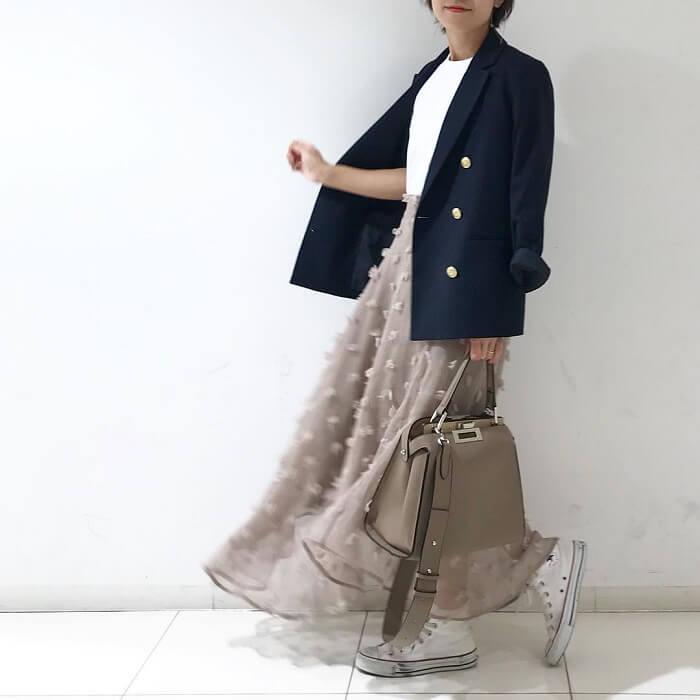 紺テーラードジャケット×シフォンスカートのコーデ画像