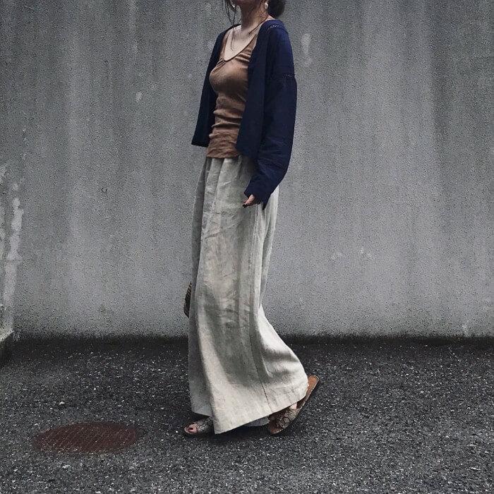 ネイビーカーディガン×ベージュワイドパンツのコーデ画像