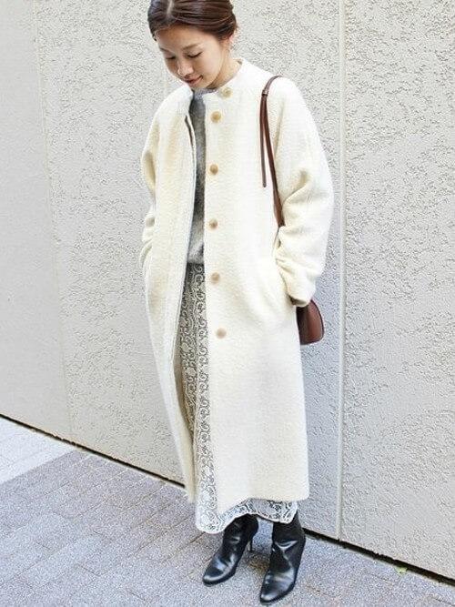 白レーススカート×白ロングコートのコーデ画像