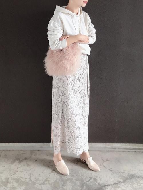 白パーカー×白レースロングスカートのコーデ画像