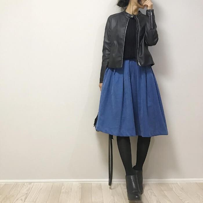 ブルー膝丈フレアスカート×レザージャケットのコーデ画像