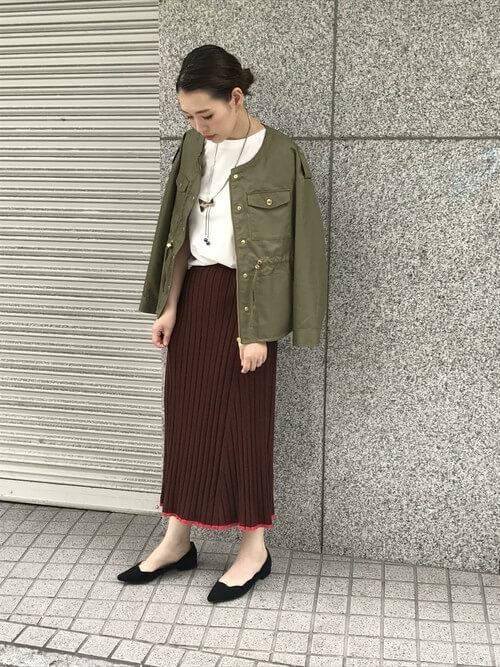 カーキブルゾン×白T×ブラウンニットスカートのコーデ画像