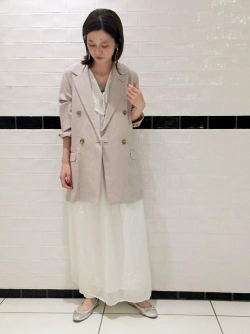 ベージュテーラードジャケット×ホワイトワンピースのコーデ画像
