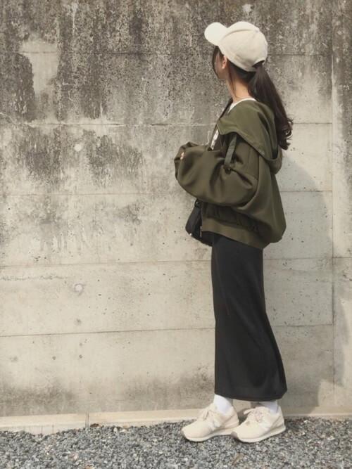 カーキブルゾン×黒タイトスカート×WL574のコーデ画像